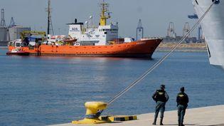 """Le navire humanitaire """"Aquarius"""" arrive à Valence (Espagne), le 17 juin 2018. (HEINO KALIS / REUTERS)"""