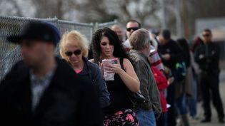 Une file d'attente pour acheter des tickets pour le Powerball à San Lorenzo en Californie (Etats-Unis), le 12 janvier 2016. (JUSTIN SULLIVAN / GETTY IMAGES NORTH AMERICA / AFP)