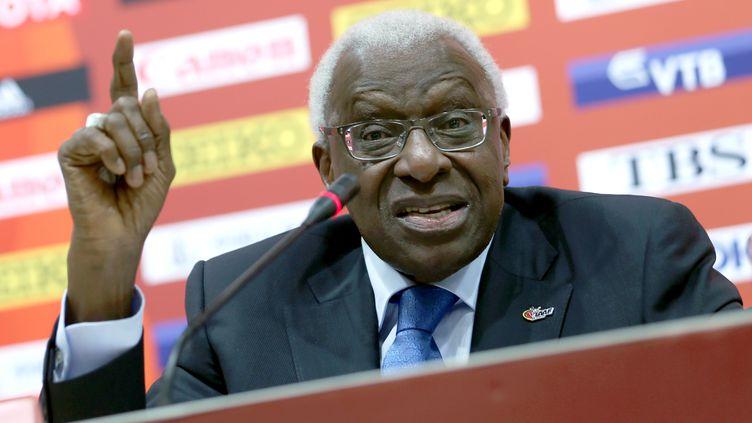 Lamine Diack lors d'une conférence de presse de la Fédération internationale d'athlétisme (IAAF) àPékin (Chine), le 30 août 2015. (MICHAEL KAPPELER / DPA / AFP)