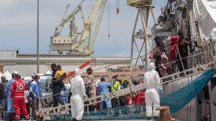 Des migrants arrivent dans un port de Palerme, en Sicile (Italie), le 30 mai 2015. (ANTONIO MELITA / CITIZENSIDE.COM / AFP)