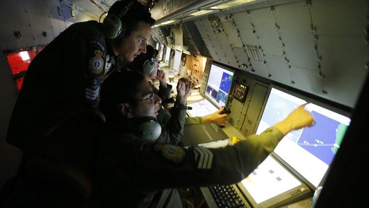Des spécialistes de la surveillance radar participent aux rehcerches pour le vol MH370 de la Malaysia Airlines au dessus de l'océan Indien le 22 mars 2014. (JASON REED / REUTERS)