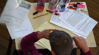 Un lycéen passe l'épreuve de philosophie, le 17 juin 2019 à Strasbourg, dans l'est de la France. (FREDERICK FLORIN / AFP)