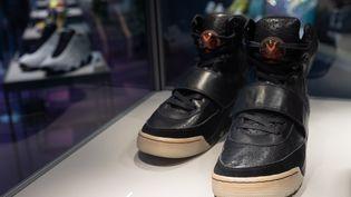 La paire de Nike Air Yeezy 1 montantes, en cuir noir. (JEROME FAVRE / EPA / MAXPPP)