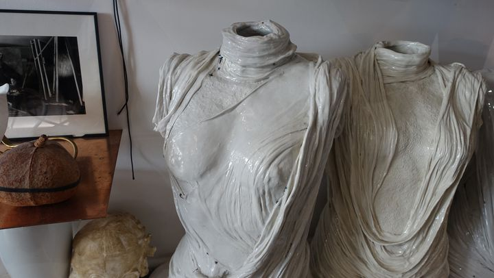 Dans l'atelier-galerie, les sculptures réalisées par le couturier avec des drapés de porcelaine avec la manufacture de Nymphenburg de Munich au temps de sa marque Aletier Gustavolins et de la collection 011.  (Corinne Jeammet)