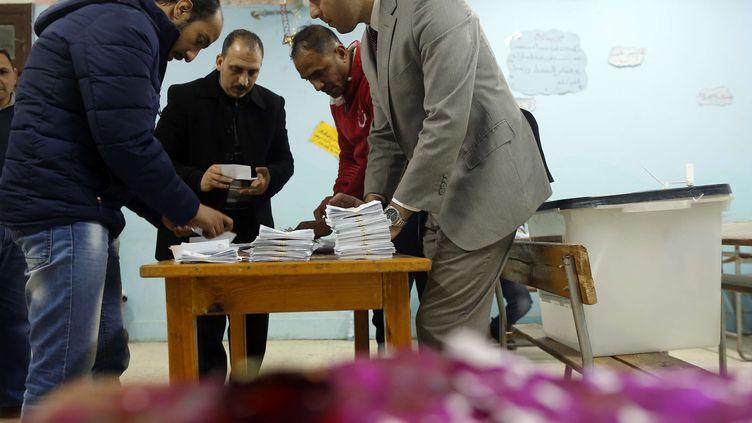 Décompte des bulletins à l'issue du référendum dans un bureau de vote au Caire le 22 avril 2019. (AMR NABIL/AP/SIPA / AP)