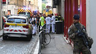 Les équipes de secours près du lieu de l'explosion à Lyon, le 24 mai. (PHILIPPE DESMAZES / AFP)