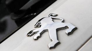 Un logo Peugeot sur une voiture. (ALAIN JOCARD / AFP)