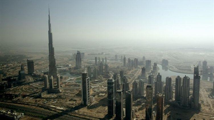 La Burg Khalifa de Dubaï, qui domine le désert de ses 828 m de haut. (AFP PHOTO/MARWAN NAAMANI)