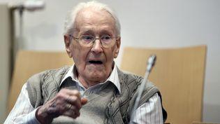 """Oskar Gröning, l'ancien """"comptable"""" d'Auschwitz, lors du premier jour de son procès le 21 avril 2015 àLueneburg (Allemagne). (RONNY HARTMANN / DPA / AFP)"""
