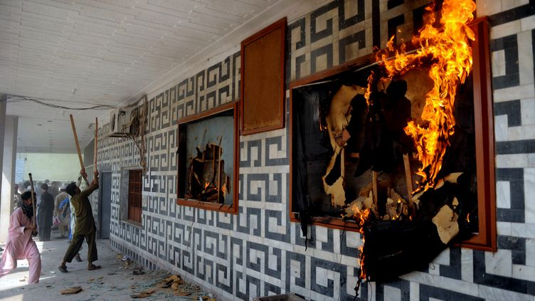 Les manifestants pakistanais investissent des salles de cinéma et mettent le feu lors des manifestation contre le film anti-islam, vendredi 21 septembre 2012 (A. MAJEED / AFP)