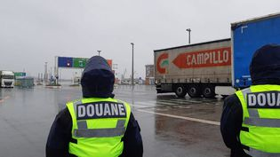 Contrôle des camions au port de Calais (photo d'illustration). (MATHILDE DEHIMI / RADIO FRANCE)