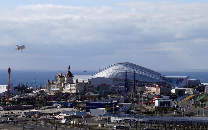 Un zeppelin scrute les alentours du parc olympique à Sotchi (Russie), le 6 février 2014. (ERIC GAILLARD / REUTERS)