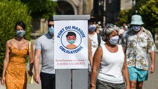 Le port du masque est obligatoire dans les rues de Locronan (Finistère), comme ici le 10 août 2020. (FRED TANNEAU / AFP)