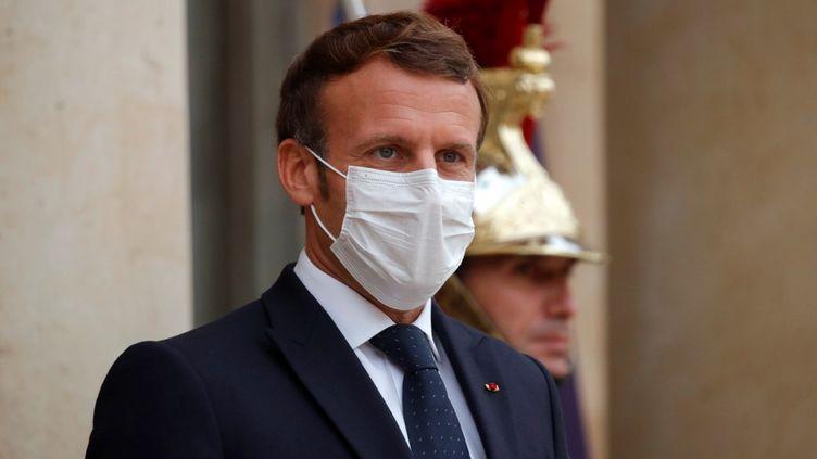 Le président français, Emmanuel Macron, sur le perron de l'Elysée, à Paris, le 22 octobre 2020. (CHARLES PLATIAU / AFP)