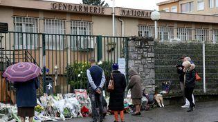 Devant la gendarmerie de Carcassonne, un hommage aux victimes des attaques de vendredi 23 mars dans l'Aude. (MAXPPP)