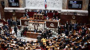 Des députés quittent l'hémicycle de l'Assemblée nationale, le 23 juillet 2019. (STEPHANE DE SAKUTIN / AFP)