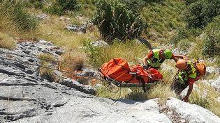 L'opération de récupération du corps de Simon Gautier, le 19 août 2019 à Sapri dans le sud de l'Italie. (HANDOUT / CNSAS PRESS OFFICE / AFP)