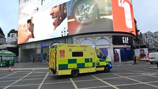 Une ambulance à Londres (Royaume-Uni), le 5 janvier 2021. (JUSTIN TALLIS / AFP)