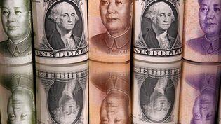 Des billets de banque chinois et américains photographiés le 10 mai 2020. (DADO RUVIC / REUTERS)