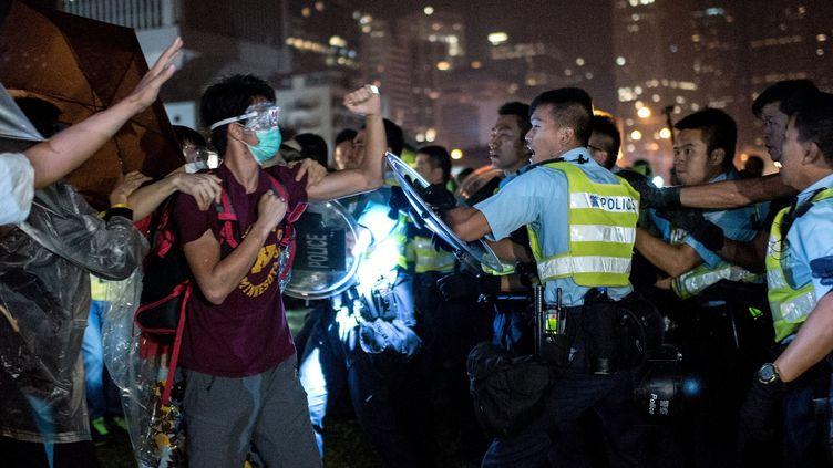 Manifestants pro-démocratie et policiers s'affrontent le 15 octobre2014 à Hong Kong. (ALEX OGLE / AFP)