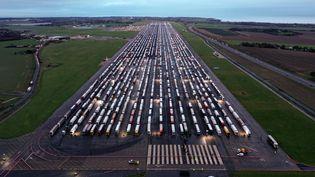 Des camions de marchandises garés sur le tarmac de l'aéroport de Manston (Royaume-Uni), près de Douvres,le 22 décembre 2020, en attendant la réouverture de la frontière française. (WILLIAM EDWARDS / AFP)
