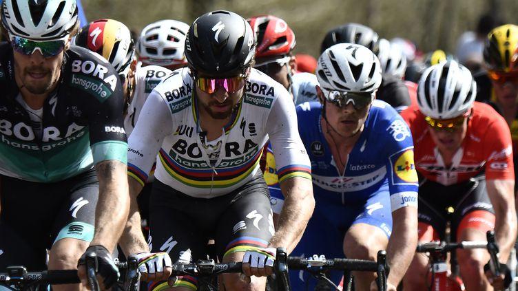 Le cycliste Peter Sagan (deuxième en partant de la gauche), le 8 avril 2018 à Wallers (Nord). (JEFF PACHOUD / AFP)