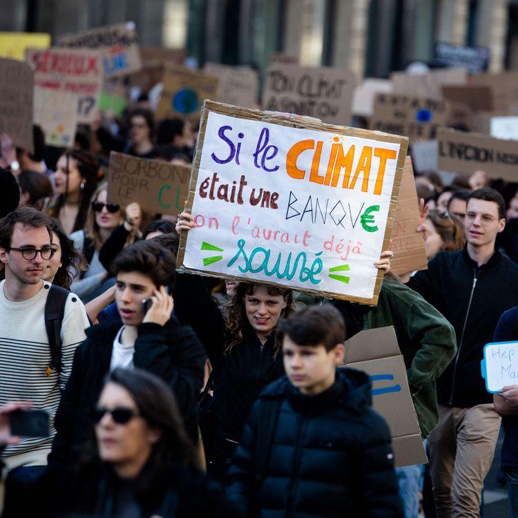 Des étudiants français défilent à Paris, le 22 février 2019, lors de la Marche pour le climat. (EDOUARD RICHARD / HANS LUCAS)