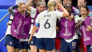 La joie des footballeuses françaises après le but d'Amandine Henry qui leur offre la victoire contre le Brésil, dimanche 23 juin. (JOEL LE GALL / MAXPPP)
