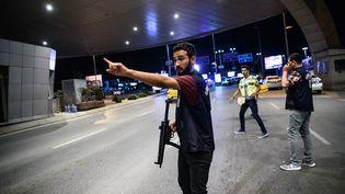 Un officier de police intervient à l'aéroport Atatürk après l'attentat du 28 juin 2016. (OZAN KOSE / AFP)