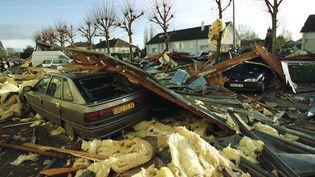 La toiture d'un immeuble de Saint-Pierre-sur-Dives, dans le Calvados, après le passage de Lothar (MYCHELE DANIAU / AFP)