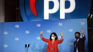 Isabel Díaz Ayuso, la présidente de la région de Madrid (Espagne) et candidate du Parti Populaire (PP) accompagnée du chef du PP Pablo Casado, le 4 mai 2021 à Madrid. (PIERRE-PHILIPPE MARCOU / AFP)