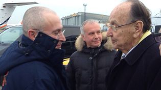 Mikhaïl Khodorkovski estaccueilli à l'aéroport de Berlin-Schönefeld (Allemagne)parHans-Dietrich Genscher, ex-chef de la diplomatie allemande et artisan de sa libération, le 20 décembre 2013. (KHODORKOVSKY.RU / AFP)