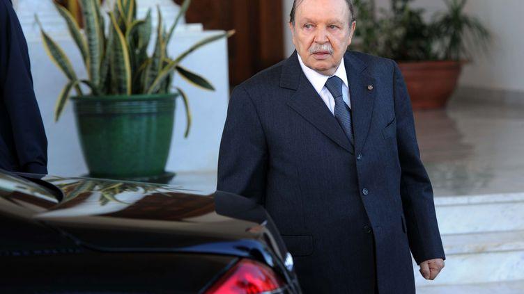 Abdelaziz Bouteflika à l'aéroport d'Alger, le 7 janvier 2012. (FAROUK BATICHE / AFP)