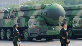 Des véhicules transportant des missiles hypersoniquesà Pékin (Chine), le 1er octobre 2019. (ANNA RATKOGLO / SPUTNIK / AFP)