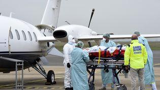 Un patient Covid-19 est évacué de Lille vers l'Allemagne, le 10 novembre 2020. (FRANCOIS LO PRESTI / AFP)