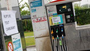 """Unestation d'essence près de Lille (Nord) affiche """"rupture tout carburant"""", le 22 mai 2016. (CITIZENSIDE / THIERRY THOREL / AFP)"""