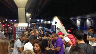 Des passagers patientent à la gare Saint-Charles à Marseille. (CAMILLE LAURENT/RADIOFRANCE)