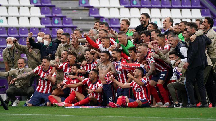 La joie des Colchoneros, champions d'Espagne, après leur succès sur la pelouse de Valladolid, samedi 22 mai 2021. (CESAR MANSO / AFP)