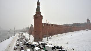 Embouteillages à Moscou (Russie), sur une route le long de la Moskva due à la neige abondanteprès du Kremlin,le 25 Décembre, 2014. (YURI KADOBNOV / AFP)