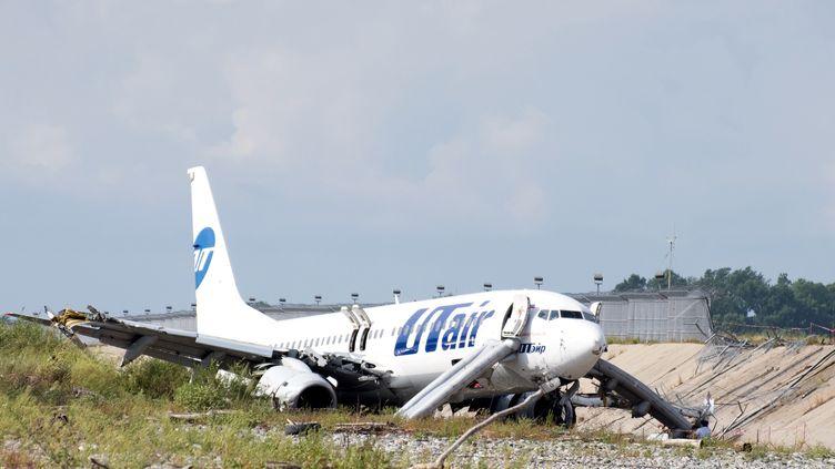 Un Boeing 737endommagé après unatterrissage d'urgence à Sotchi (Russie), le 1er septembre 2018. (EKATERINA LYZLOVA / AFP)