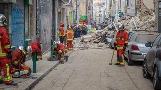 Les secours à pied d'oeuvre, le jour de l'effondrement des immeubles. (LOIC AEDO / AFP)