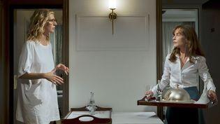 """Sandrine Kiberlain et Isabelle Huppert dans """"Tip Top""""  (Rezo Films)"""
