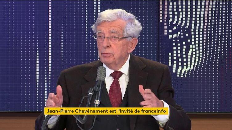 """L'ancien ministre Jean-Pierre Chevènement était l'invité du """"8h30 franceinfo"""" le dimanche 4 octobre. (FRANCEINFO / RADIOFRANCE)"""