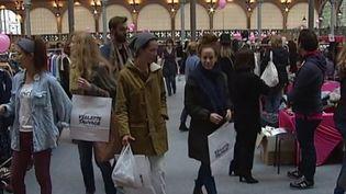 Des Parisiens participent à un vide-dressing. (CAPTURE D'ÉCRAN FRANCE 3)