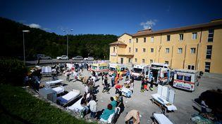 Des secours s'organisent dans la cour de l'hôpital d'Amatrice (Italie) après le séisme, le 24 août 2016. (FILIPPO MONTEFORTE / AFP)