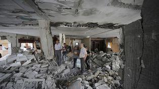 Des Palestiniens dans l'appartement détruit deMohammed Jaabis à Jérusalem-Est, le 6 octobre 2015. (AMMAR AWAD / REUTERS)