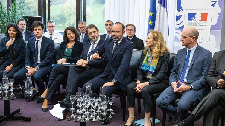 Edouard Philippe entouré de cinq de ses ministres, à la préfecture de Bobigny, en Seine-Saint-Denis, le 31 octobre 2019. (CHRISTOPHE MORIN / MAXPPP)