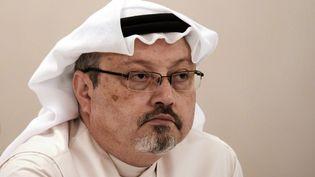 Le journaliste Jamal Khashoggi lors d'une conférence de presse, à Manama,la capitale de Bahreïn, le 15 décembre 2014. (MOHAMMED AL-SHAIKH / AFP)