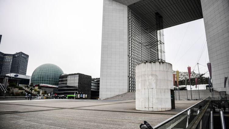 Le confinement a également vidé le quartier des affaires de La Défense, près de Paris, le 17 mars 2020. (MARTIN BUREAU / AFP)