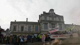 Manifestation à Clamecy (Nièvre) pour protester contre la fermeture annoncée du service d'urgence de l'hôpital local. (FRANCE 2)